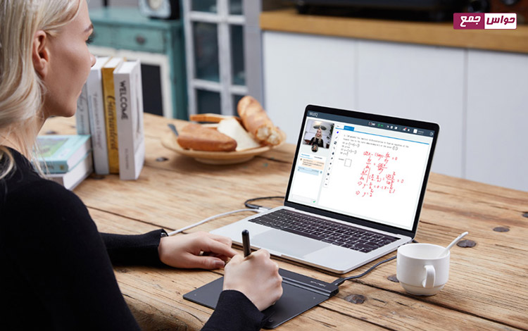 تدریس معلم با قلم نوری در کلاس آنلاین